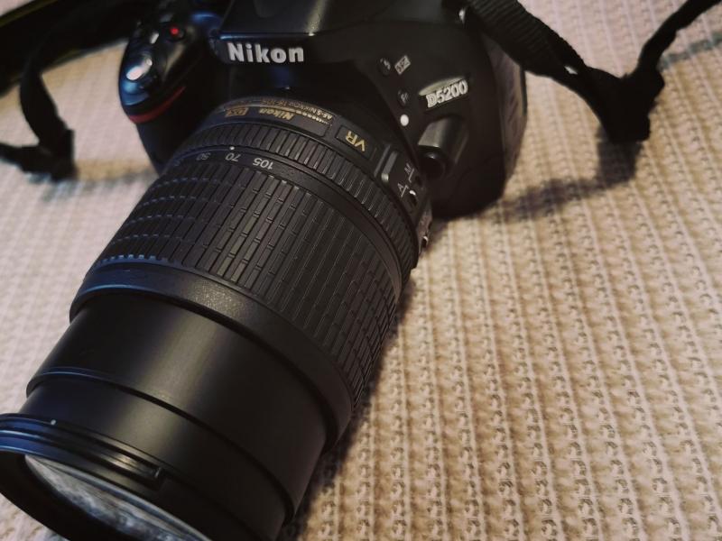 Vand camera foto Nikon D5200 + blitz + încărcător + flash 32GB